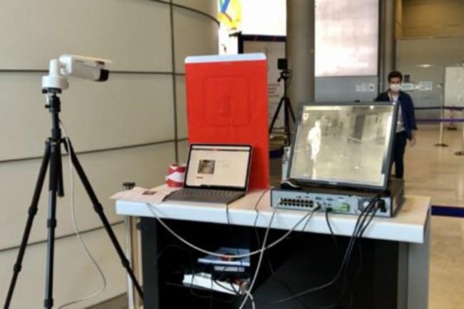Les caméras thermiques, comme ici à l'aéroport de Roissy-Charles-de-Gaulle pour automatiser la détection de fièvre parmi les voyageurs, se sont multipliées dans le monde depuis le début de la crise sanitaire du Covid-19. (crédit : Groupe ADP)