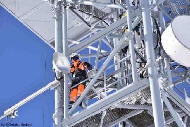 Les capteurs installés sur les poteaux utilisent le réseau LoRa d'Orange pour transmettre leurs données.