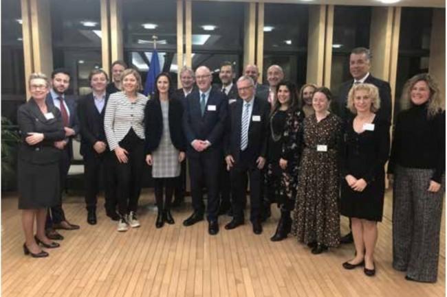 Les membres du Conseil consultatif du Conseil européen de l'innovation réuni autour de Mariya Gabriel, Commissaire à l'Innovation, à la Recherche et à l'Education. (Crédit : EIC)