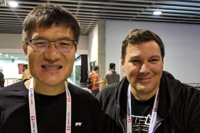 Suite au rachat, le CEO de Rancher Labs Sheng Liang que nous avions rencontré (à gauche aux côtés de Shanon Williams co-fondateur et vice-président des ventes de Rancher Labs) lors de la Kubecon 2019 à Barcelone, va diriger une entité combinant ingénierie et innovation chez SuSE. (crédit : D.F.)
