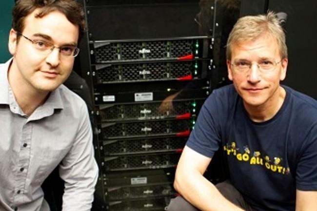 Les professeurs Christoph Lehner (à gauche) et Tilo Wettig de l'Université de Ratisbonne devant plusieurs supercalculateurs PRIMEHPC FX700 Fujitsu. (crédit : Université de Ratisbonne / Fujitsu)