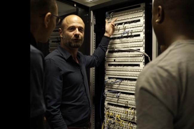 L'Ecole des plombiers du numérique a développé une formation de technicien datacenter avec OVHCloud pour remettre à l'emploi des jeunes adultes déscolarisés dans la région des  Hauts-de-France. (Crédit photo: Les Plombiers du numérique).
