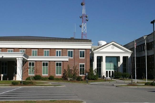 L'ancien RSSI du Comté de Horry, Shawn Petrill, a plaidé coupable du vol de 41 switchs Cisco fin 2019 et purge à présent une peine de deux ans de prison. (crédit : creative commons)