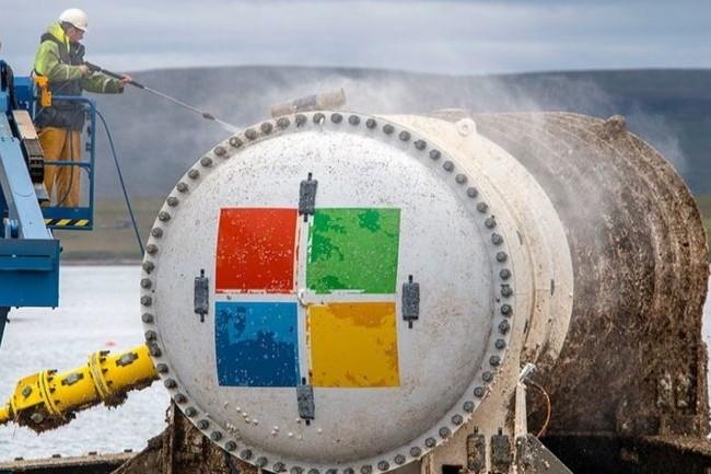 Après un nettoyage, les équipes de Microsoft sont rentrées dans le conteneur pour vérifier l'état des serveurs. (Crédit Photo : Microsoft)