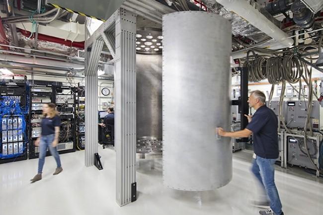 Dans la course au quantique, IBM entend dépasser les 1000 qubits en 2023 avec un système de réfrigération par dilution. (Crédit Photo : IBM)