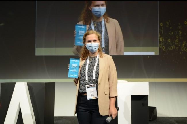Covid oblige, les finalistes des 8èmes Trophées de l'Innovation Big Data Paris 2020 ont défendu leurs projets avec le masque. Ci-dessus, Solveig Notté, chef de projet Parcours Clients chez Total Direct Energie, lauréate du Trophée « PME et Grandes entreprises ». (Crédit : Big Data Paris 2020)