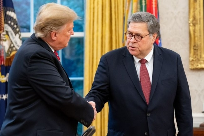Le procureur général des Etats-Unis William Pelham Barr (à droite) en compagnie du président américain Donald Trump. (crédit : Département américain de la Justice)