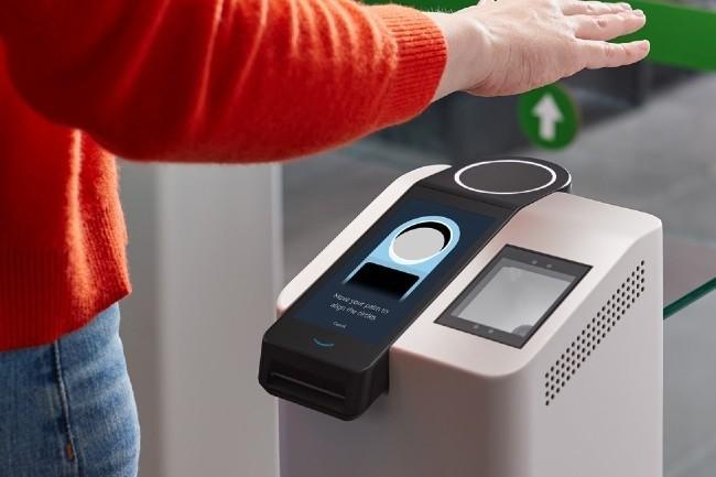 Le dispositif de paiement biométrique Amazon One identifie le client par la reconnaissance de sa paume, sans contact nécessaire. (Photo Amazon)