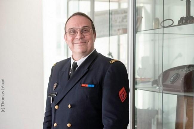 Au Ministère des Armées, l'Ingénieur Général de l'Armement Dominique Luzeaux est le Directeur adjoint « Plans » de la DIRISI (Direction Interarmées des réseaux d'infrastructure et des SI de la Défense).