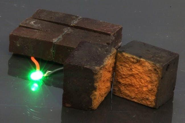 Les briques rouges conçus par les chercheurs de l'université de Washington à St. Louis sont capables de stocker de l'électricité. (Crédit D'Arcy laboratory)