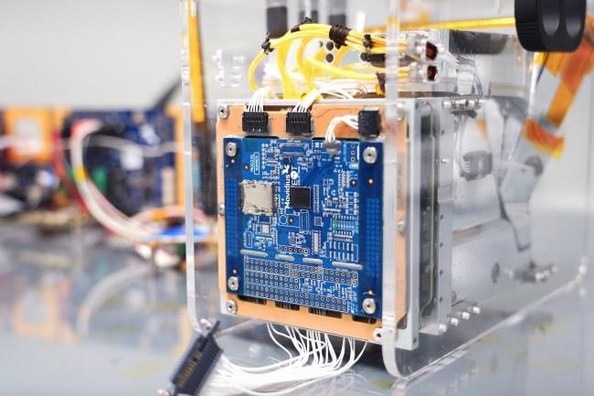 La caméra thermique hyperspectrale du satellite PhiSat-1, lancé le 2 septembre par l'ESA, embarque de l'IA, traitée à bord, grâce au VPU Movidius Myriad 2 d'Intel. (Crédit : ESA/Intel)