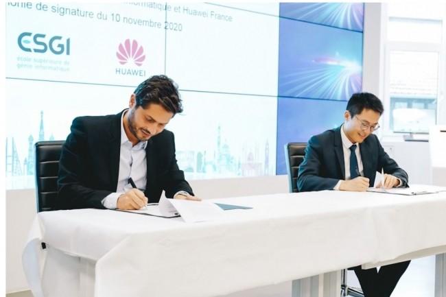Jonathan Azoulay, directeur général du réseau des grandes écoles spécialisées (à gauche), et Weiliang Shi, président de Huawei France, lors de la signature du partenariat. (Crédit photo: @duchili)