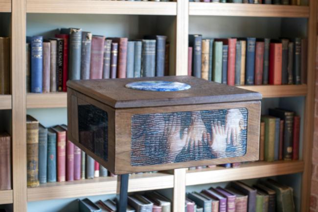 GitHub conserve des référentiels open source historiquement pertinents sur des bobines de film d'archives photosensibles numériques appelées piqlFilm. (crédit : Glenn Wester / Github)