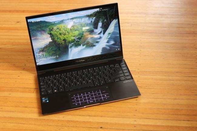 L'Asus Zenbook Flip 13 séduit par son écran Oled et sa puce Intel Tiger Lake, mais il signe probablement la mort de la prise casque sur le PC portable. (Crédit Photo: Gordon Mah Ung)