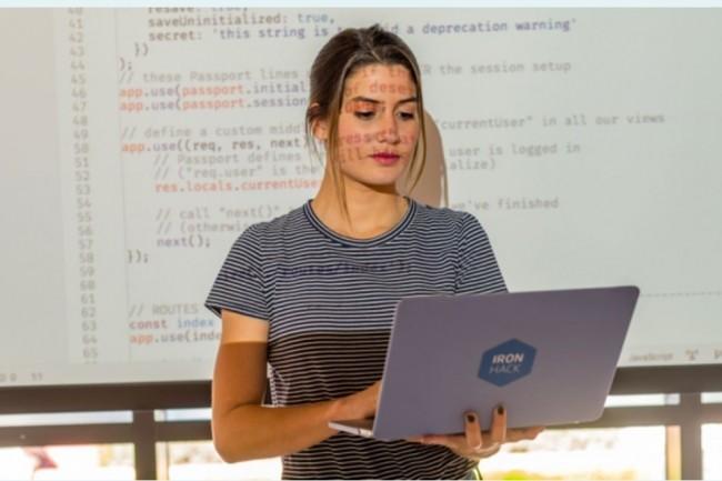 Le bootcamp développement web d'Ironhack forme aux bases du code avec JavaScript , HTML et CSS en 50 heures environ. (Crédit photo: Ironhack)