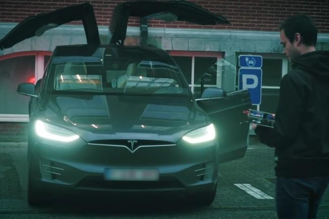Le chercheur belge Lennert Woulters a trouvé plusieurs failles lui permettant de voler une Tesla X en quelques minutes. (Crédit Photo: Cosic Research)