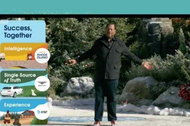 Au petit matin du 2 décembre, Marc Benioff, CEO de Salesforce, a ouvert sa conférence Dreamforce 2020 en direct, au pied de la tour de son siège social, à San Francisco. (Crédit : Salesforce)