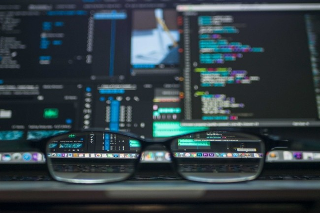 GitHub dans son étude Octoverse vise les 100 millions de développeurs sur sa plateforme d'ici 2025. (Crédit Photo : KevinKu/Pexels)