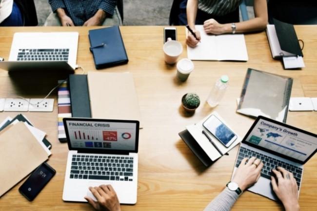 Les personnes ayant travaillé à distance depuis le mois de mars 2020 s'attendent à avoir moins de lien physique avec leur bureau, à profiter d'horaires plus flexibles et à passer moins de temps dans les déplacements... (rawpixel.com / Pxhere)