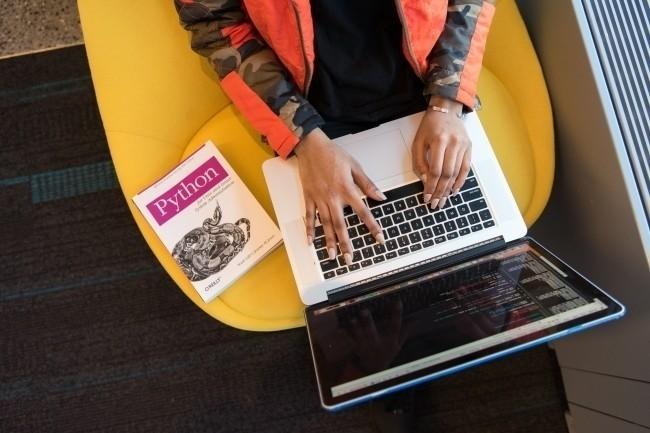 Python a gagné plus de 2% de popularité l'an dernier selon les évaluations de l'indice Tiobe, doublant Java à l'occasion. (Crédit : Christina Merillo/Pexels)