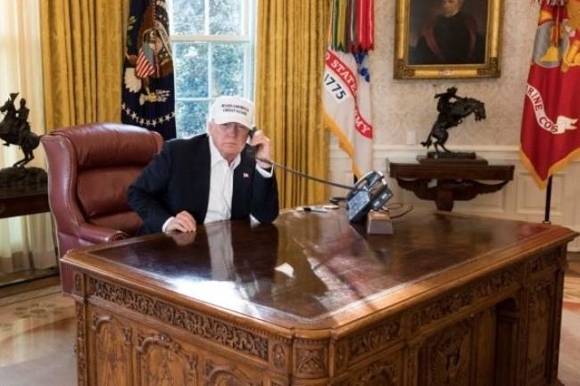 Le 45e président américain Donald Trump au travail dans le bureau ovale à Washington. (crédit : White House)