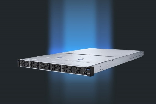 Avec le FlashSystem 5200, IBM opte pour une version 1U sans sacrifier sur les performances et les capacités de stockage. (Crédit Photo : IBM)