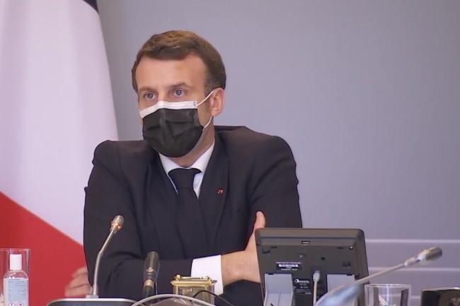 Emmanuel Macron a pr�sent� son plan pour la fili�re cybers�curit� apr�s s'�tre entretenu avec le personnel des h�pitaux de Dax et Villefranche sur Sa�ne. (Cr�dit Photo: Elys�e)
