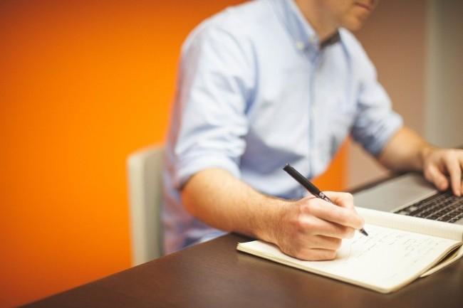 Les candidats ont deux options : des cours en ligne gratuits avec une série de 6 parcours de formation couvrant les compétences nécessaires, ou des cours payants avec un enseignant. (Crédit Pixabay)