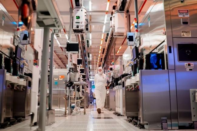 La production de puces est assurée dans des fonderies parsemées de tuyaux. (Crédit : Intel)