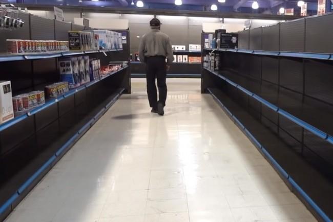 Des étagères fantômes juste avant la fermeture définitive des célèbres magasins de vente de matériels électroniques Fry's. (crédit : Bitwit)