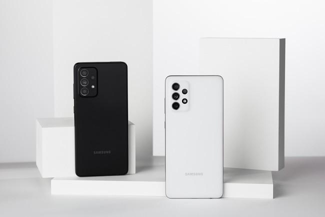 Samsung a dévoilé des smartphones milieu de gamme, le A52 et A72, ce dernier étant 5G. (crédit : Samsung)