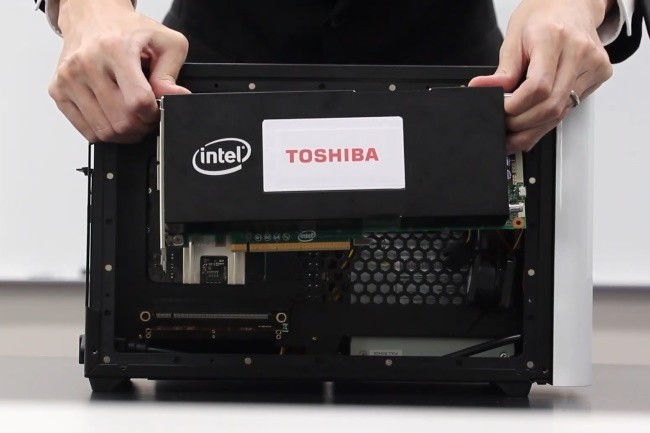 Toshiba a présenté une carte PCIe où des FPGA peuvent exécuter l'algorithme de bifurcation simulée qu'il promeut. (Crédit Photo : Toshiba)