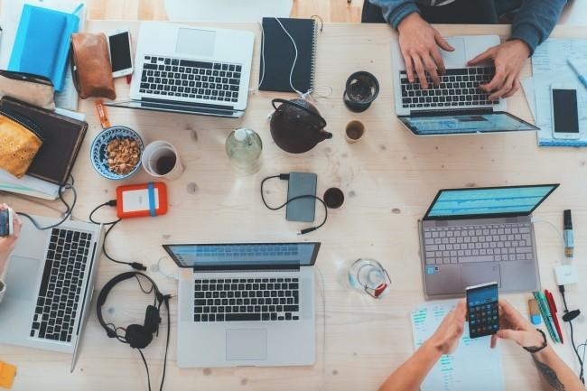 D'ici fin avril, un programme de formation va être proposé pour aider les PME à améliorer leur référencement web ou numériser leur facturation. (Crédit : Photo by Marvin Meyer on Unsplash)
