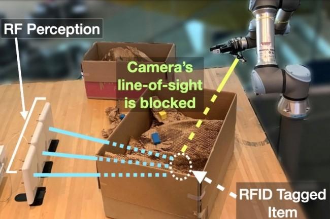 Un robot du MIT assez malin grâce à un système optique par ondes radio qui lui permet de trouver des objets cachés. (crédit : MIT)