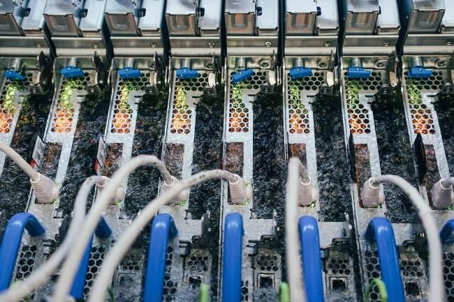 Le système DataTank de LiquidStack plongeant les serveurs dans un bain d'huile séduit Microsoft qui le teste pour Azure. (Crédit Photo: Microsoft)