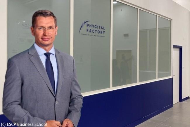 Anthony Hié, directeur de la transformation digitale de l'ESCP, présente ici la Phygital Factory de l'ESCP.
