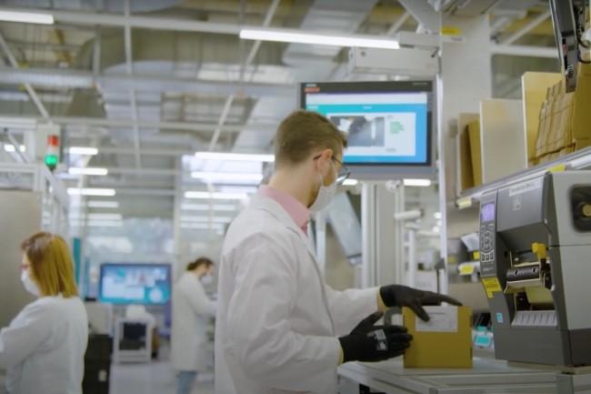 Dans une vidéo, l'industriel Siemens explique comment il prévoit d'intégrer l'IA et le machine learning de Google Cloud dans les solutions d'automatisation exploitées dans ses usines. (Crédit : Siemens)
