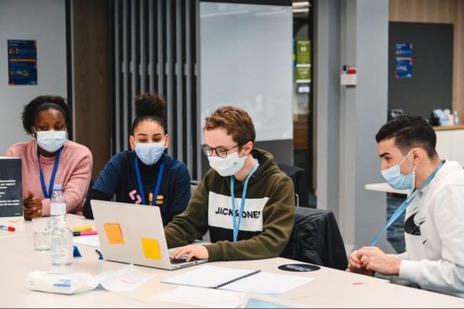 Le programme de formation Engineer d'Amazon vise à initier des élèves de tous milieux à la robotique et au code informatique. (Crédit photo: Amazon)