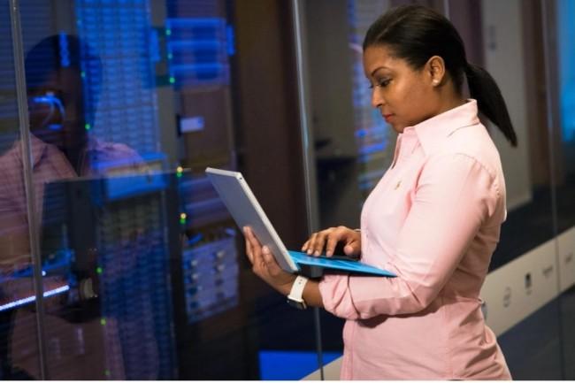 Actuellement, les  professions liées à l'analyse des données emploient 7% de femmes, contre 3% d'hommes. (Crédit photo: Christina Morillo/Pexels)