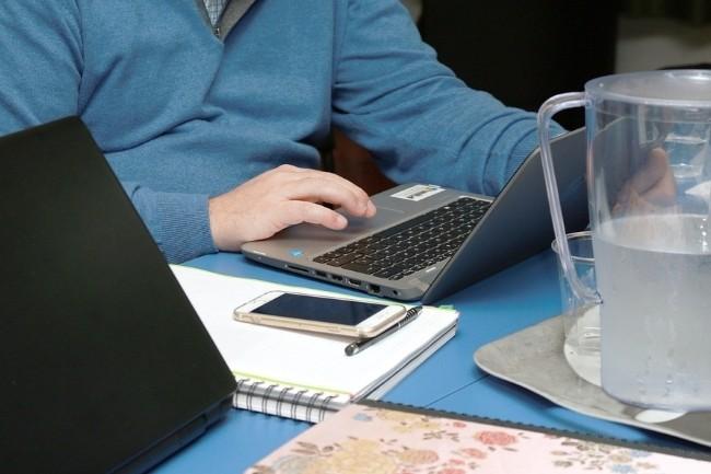 Un tiers des télétravailleurs français estiment que le travail à distance a facilité la communication avec leurs collègues, selon une étude Slack.