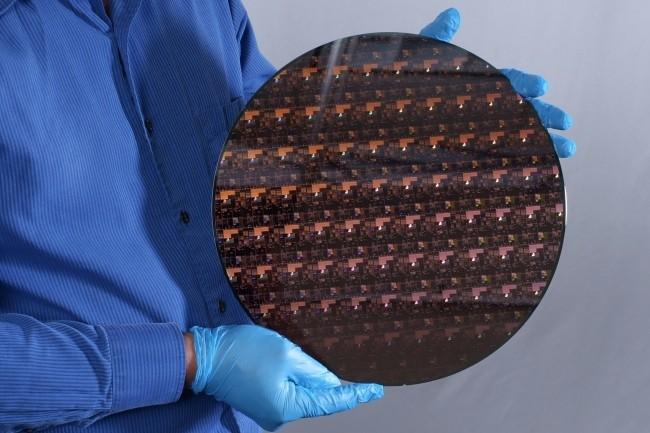 Selon IBM,le design de sa technologie2 nm doit permettre d'intégrer jusqu'à 50 milliards de transistors sur une puce de la taille d'un ongle. (Crédit : IBM)