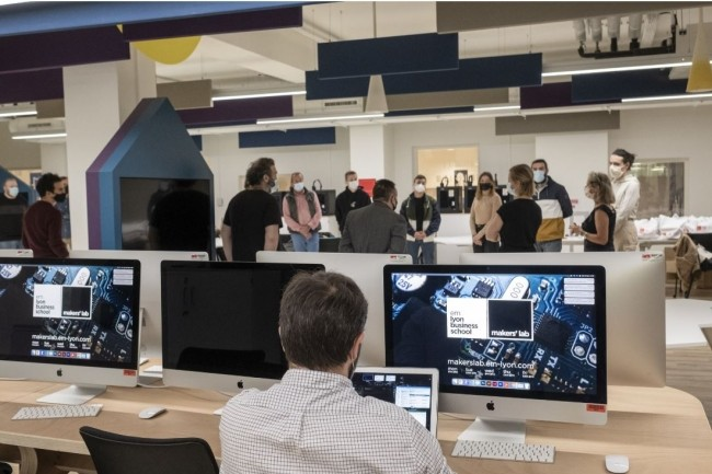 Le programme de formation la toile (ci dessus le campus de Lyon-Ecully) vise à accompagner l'insertion professionnelle dans quatre domaines technologiques. (Crédit photo EM Lyon)