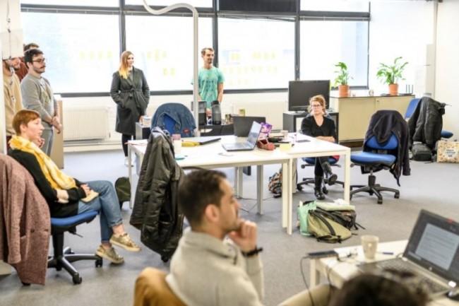 En suivant des formations collectives, les conseillers numériques pourront aider des utilisateurs à comprendre et utiliser les technologies. (Crédit photo: Pop School)