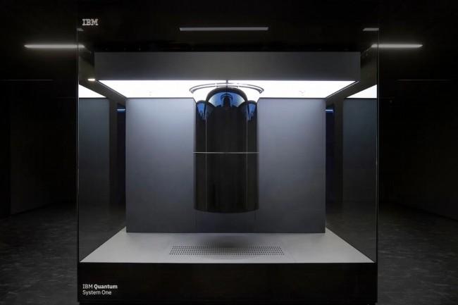 La structure en forme de cylindre du Q System One est protégée derrière des portes faites du même verre que celui qui protège la Joconde au Louvre. (Crédit : IBM)