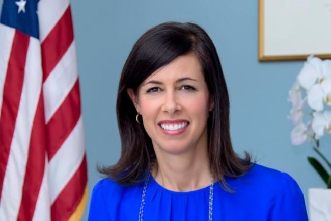 « Bien qu'ayant identifié des problèmes de sécurité avec des équipements de télécommunications de Huawei et ZTE en 2019 et au cours des dernières années, l'agence a continué d'approuver leurs équipements. Cette fois, nous proposons de leur fermer la porte », a prévenu Jessica Rosenworcel, présidente par interim de la FCC. (crédit : FCC)