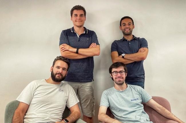 Les co-fondateurs de Meta-API cherchent à optimiser les tâches d'intégration autour des API. Au premier plan, de gauche à droite, Marcel Tessier, DG, et Mathieu Rasse, PDG de Meta-API. Debout, Kevin Herembourg, lead développeur, et SalimMoulmaaz, responsable de la stratégie. (Crédit : Meta-API)