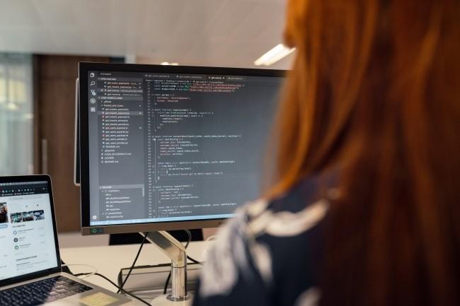 Les d�veloppeurs doivent se soucier des mises � jour des biblioth�ques open source utilis�es dans leurs applications sous peine de s'exposer � des attaques. (Cr�dit Photo: Thisisengeneering/Pexels)