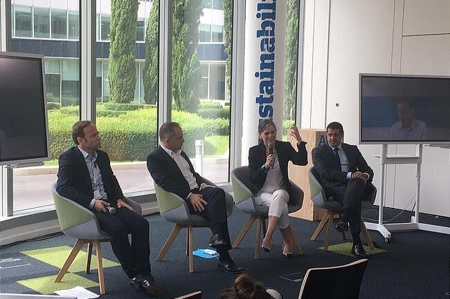 A l'occasion d'Atos Tech Days, Elie Girard, directeur g�n�ral d'Atos (2e en partant de la gauche), et Sophie Proust, directrice de la technologie du groupe �taient pr�sents. (Cr�dit : Atos)