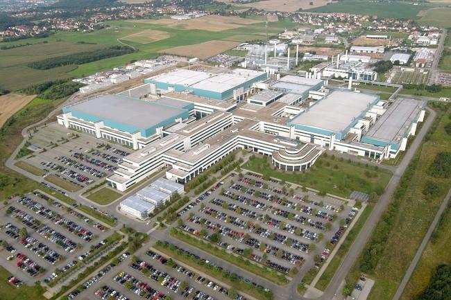 En rachetant GlobalFoundries, Intel mettrait la main sur plusieurs unités de production comme celle basée à Dresde en Allemagne. (Crédit Photo: Fensterblick/Wikipedia)