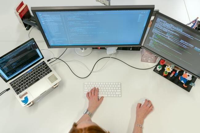 Les professionnels de JavaScript et Python restent les profils juniors les mieux r�mun�r�s (36K�). (Cr�dit : Pexels)